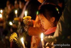 南京市民悼念遇难同胞
