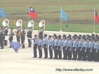 陈水扁阅兵军旗突然折断