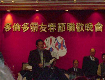 刘仲民演唱《借东风》,注意旁边的文武场,以及幕上的脸谱(为刘本人自制)
