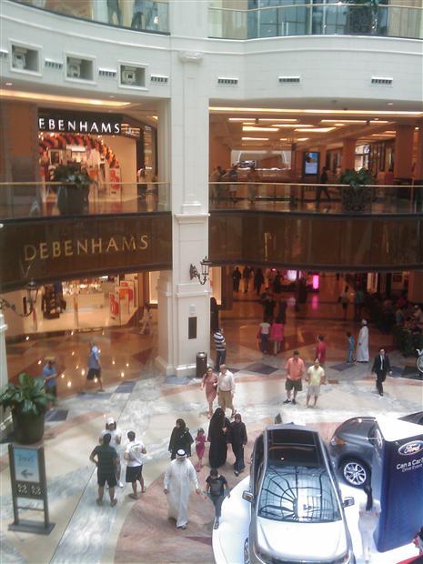 迪拜现代化商场中的各色游人