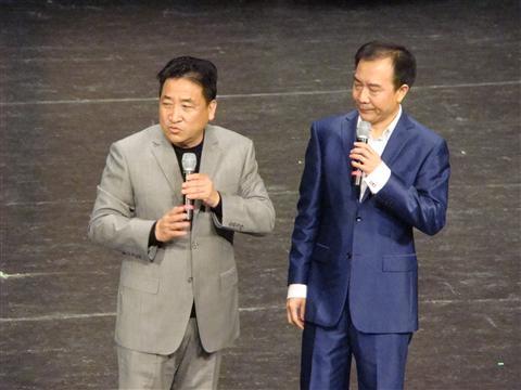 姜昆与戴志诚——顺便说一下,举着麦克风说相声真是不自在