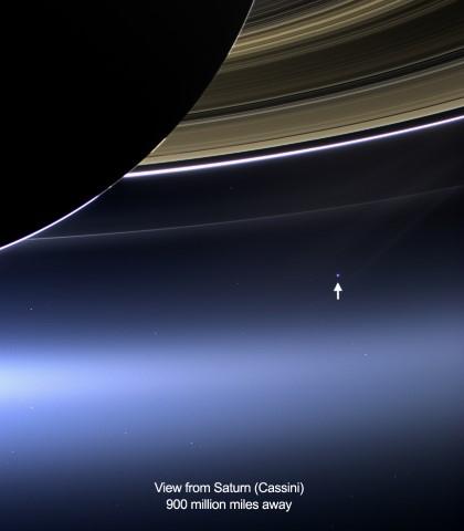 赖特最喜欢的一张照片——从土星的位置看地球,图中箭头所指为地球